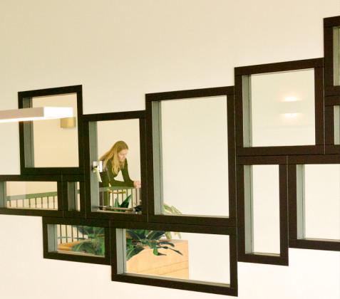 Meerdere raamkozijnen in vergaderkamer